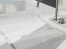 Corian® badmøbel med vask og badekar, specialfremstillet med huller i bund for afløb. Farve: Glacier White. Monteret Vola armatur. Badmøbel beklædt udvendig med træ.