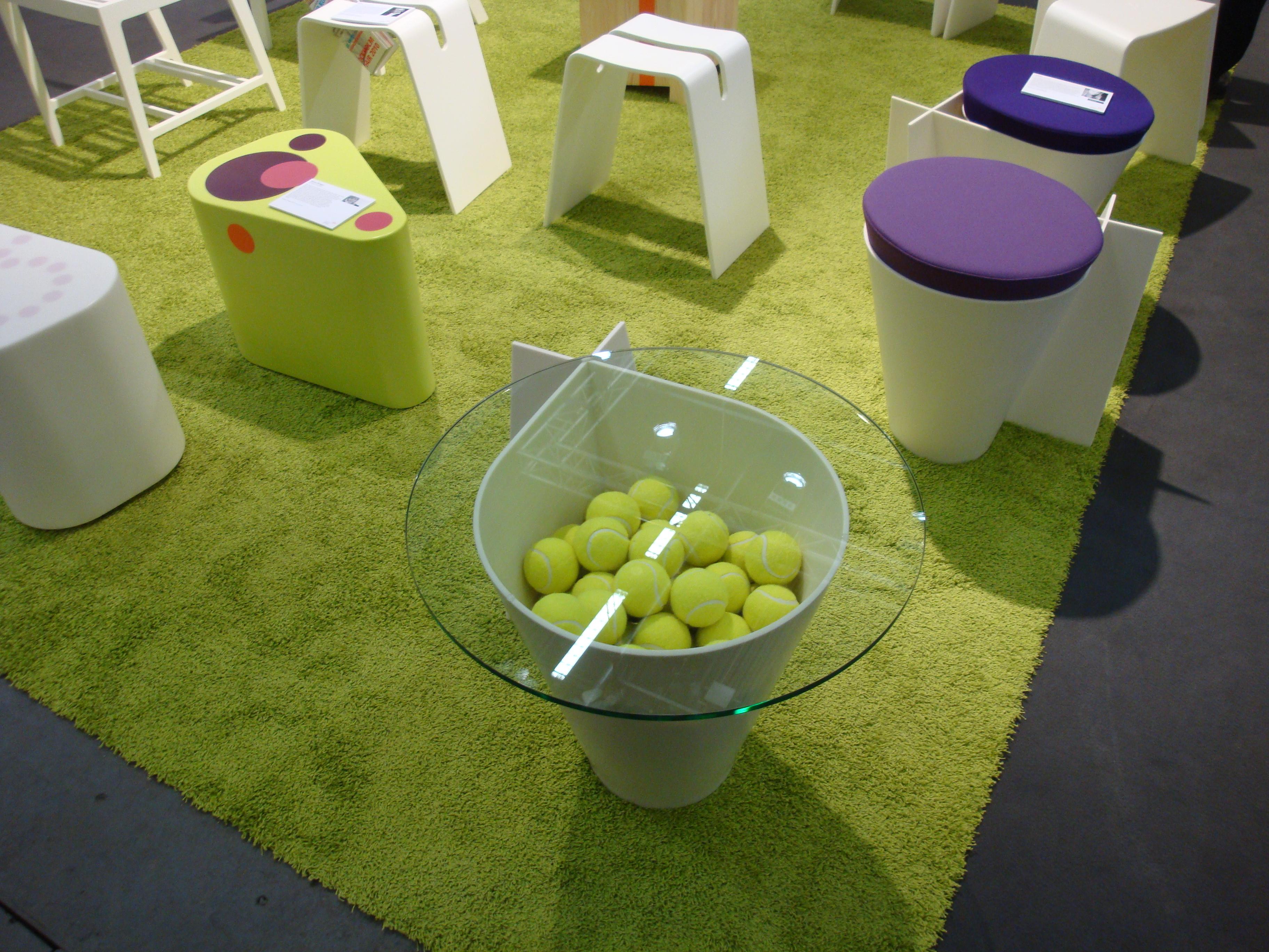 Corian® møbler. Farver: Glacier White og Grape Green. Alle dele er termoformet efter skabeloner.