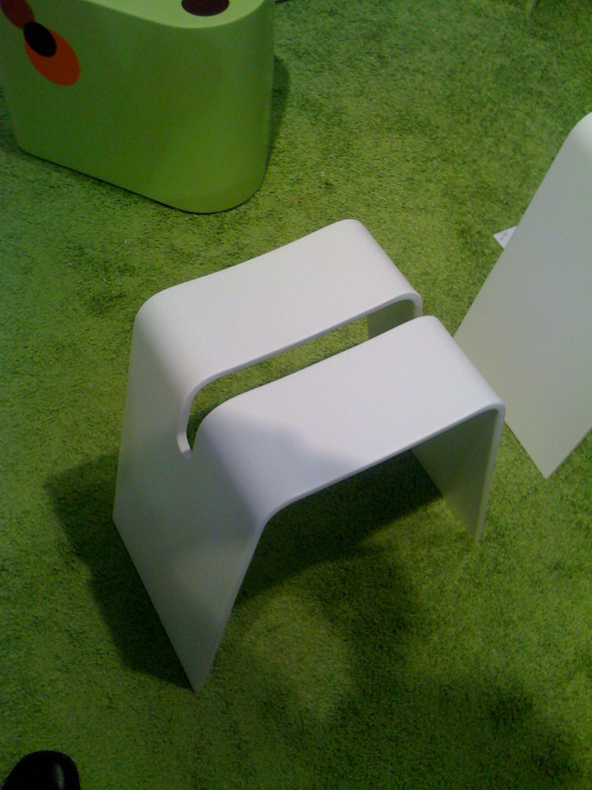 Corian® stol, termoformet efter skabelon. Farve: Glacier White.