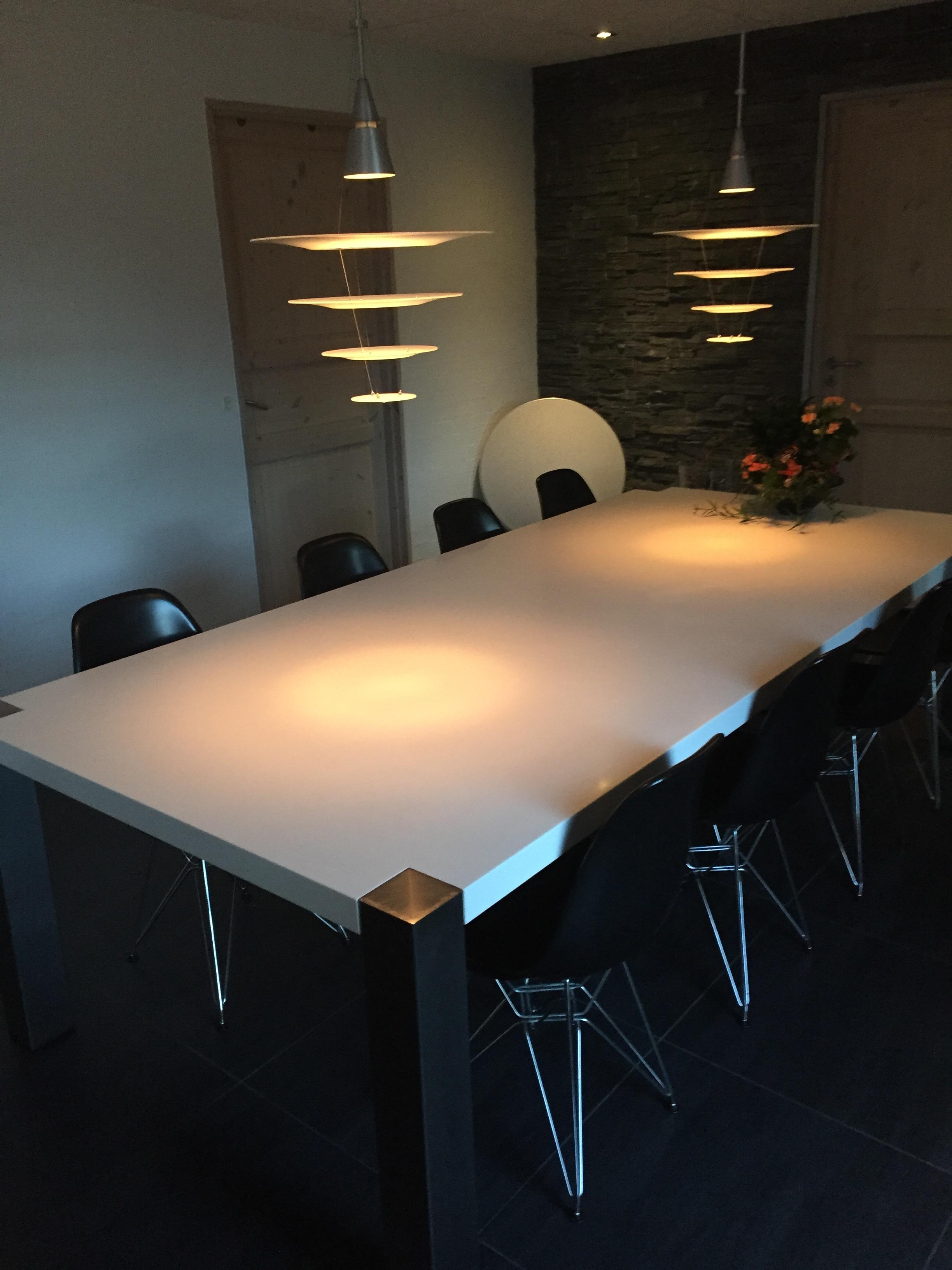 Spisebord udført af bordplade i Dupont Corian Glacier White og rustfast bordstel.