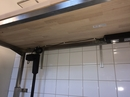 Rustfast vægmonteret stel med bordplade med hæve/sænk.