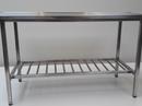 Rustfast bordstel med rørhylde og 30 mm. rustfast bordplade med vulst på alle kanter.