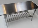 Rustfast stålstel udført med ristehylde  og rustfast stålbordplade med vulst alle kanter.