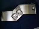Rustfast stålbordplade med bagkanter, stålvasker og vulst.