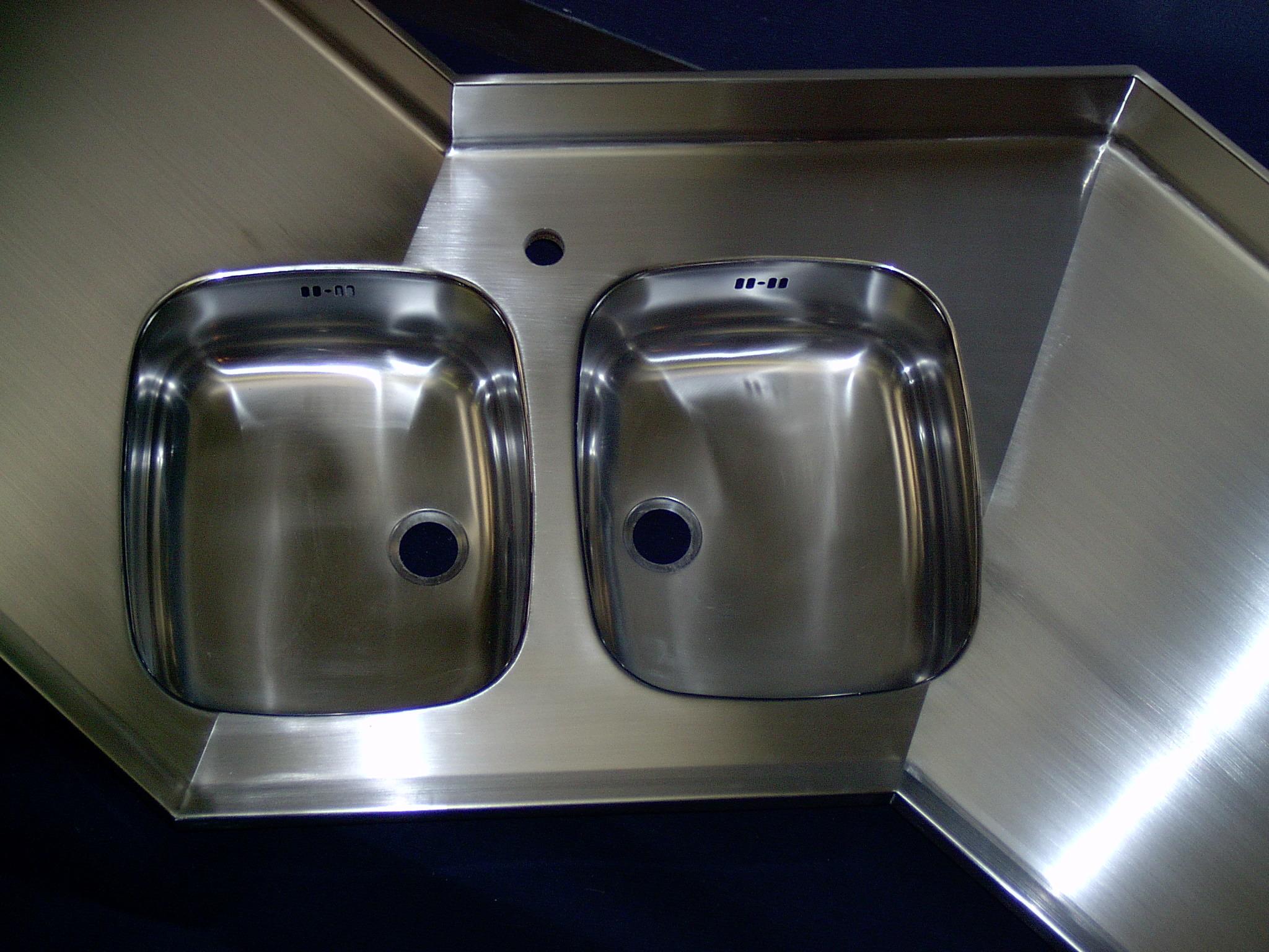 Isvejste stålvasker i rustfast børstet stålbordplade.