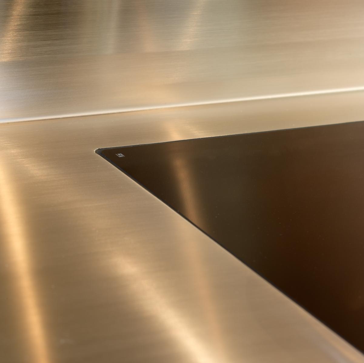 Planlimet kogeplade i massiv rustfast stålbordplade.