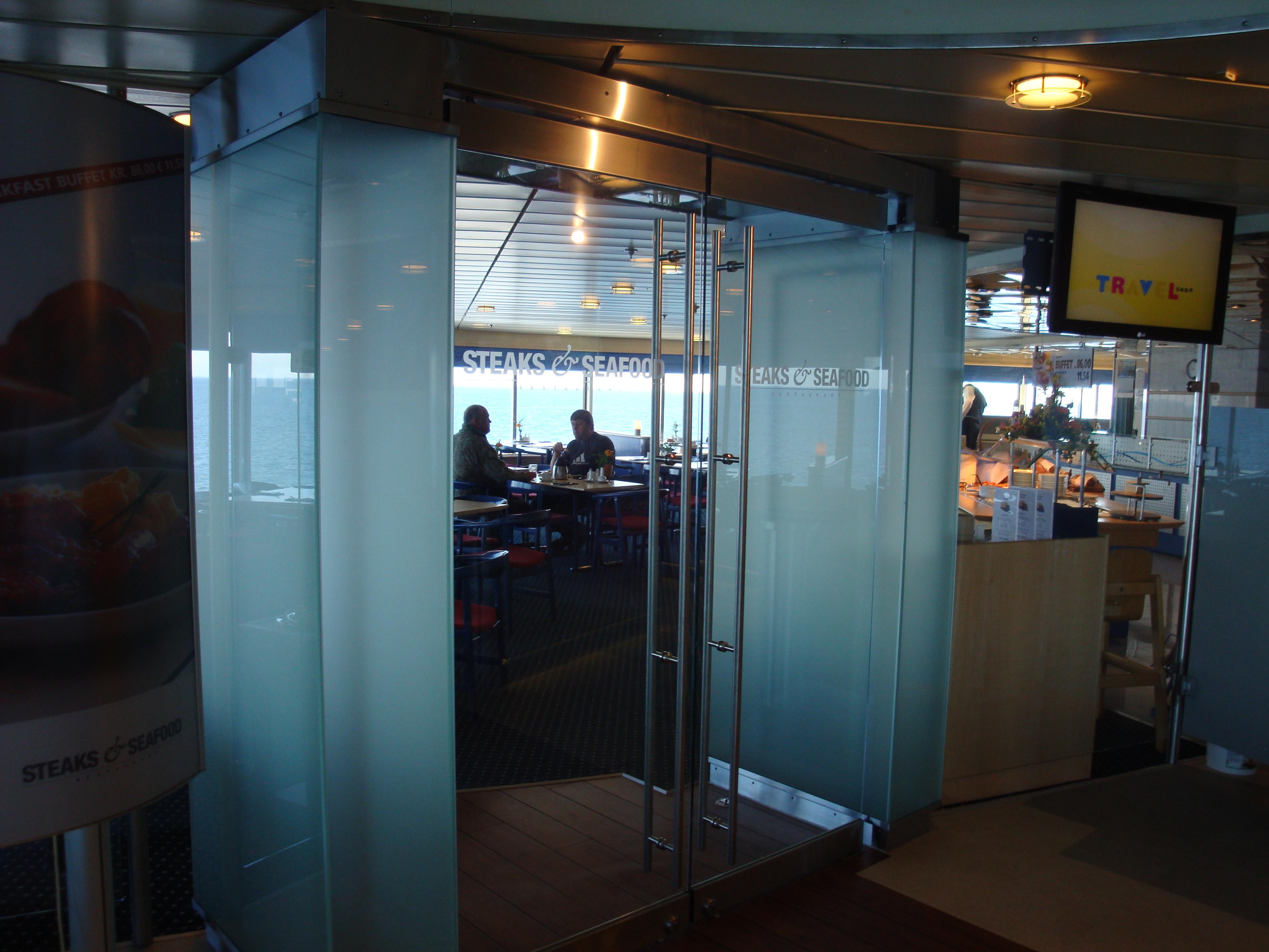 Indgang til kantine, udført i rustfast stål og glas.