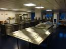 Buffet diske i denne kantine  er udført i materialerne rustfast stål og glas.