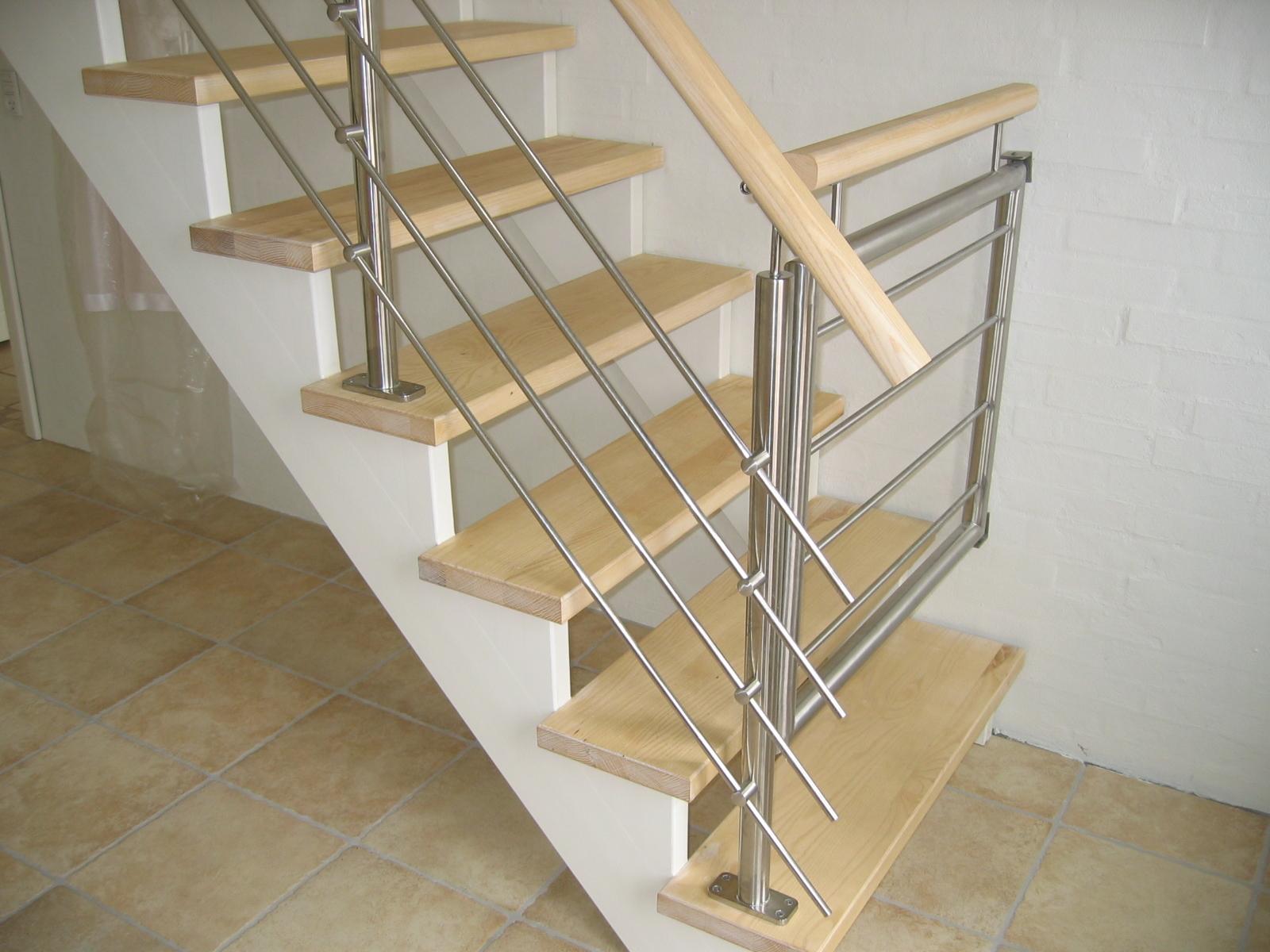 Trappe med låge, udført i rustfast stål, træ og glas.