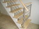 Trappe med låge, udført i stål, træ og glas.