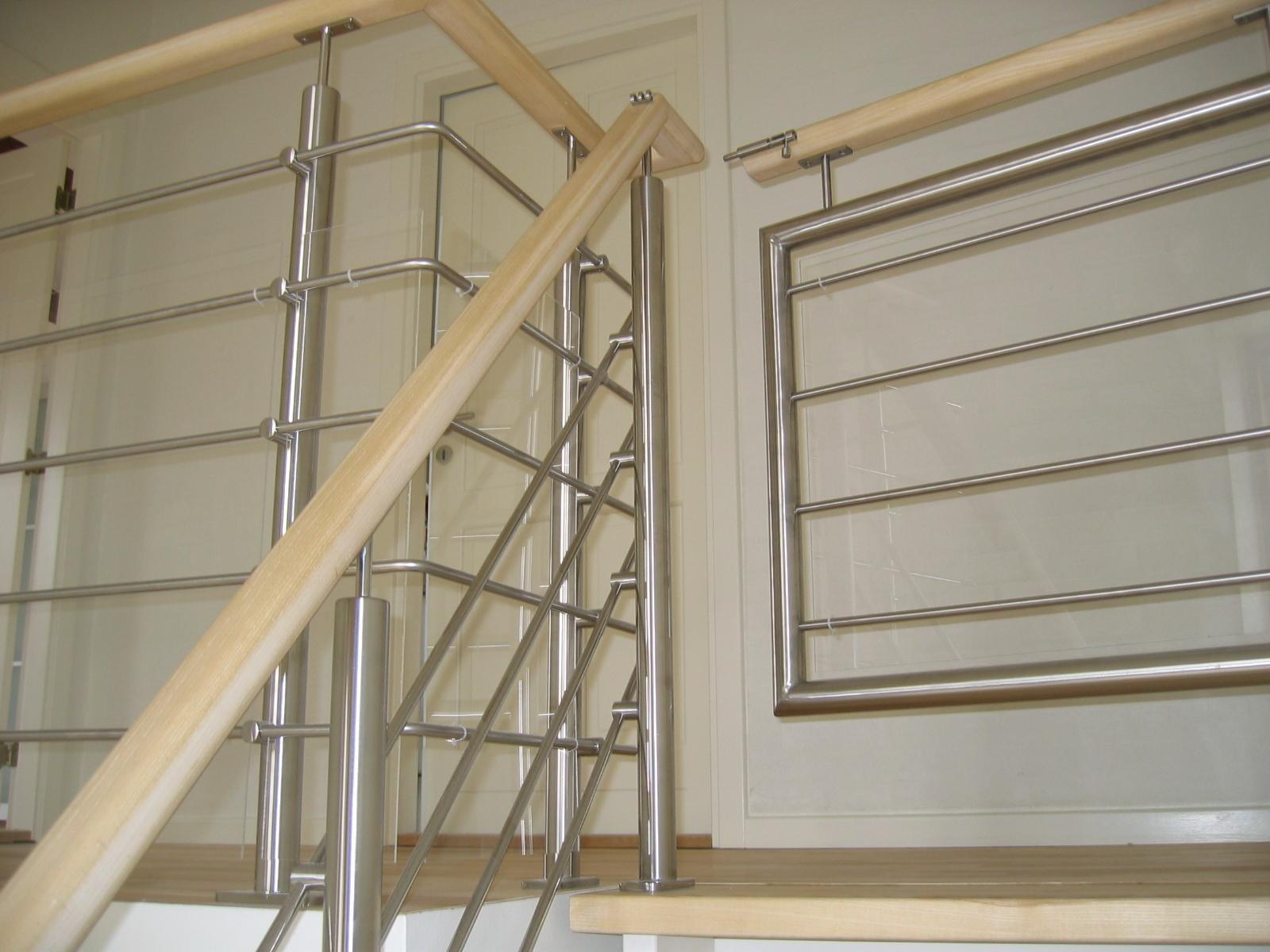 Gelænder til trappe udført i rustfast stål, træ og glas.