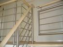 Gelænder til trappe udført i stål, træ og glas.