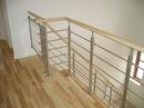Rækværk til trappe udført i stål, træ og glas.