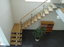 Vinkel trappe udført i stål, glas og træ.