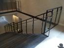 Trappe monteret i Region Hovedstaden. Gelænder er udført i  børstet stål, stål der er malet i farven sort Ral 7021, glas og Dupont Corian Night Sky. Trappetrin er udført i beton fra Hicon.