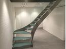 Elegant trappe til et privat hjem. Trap er udført i stål og glas.