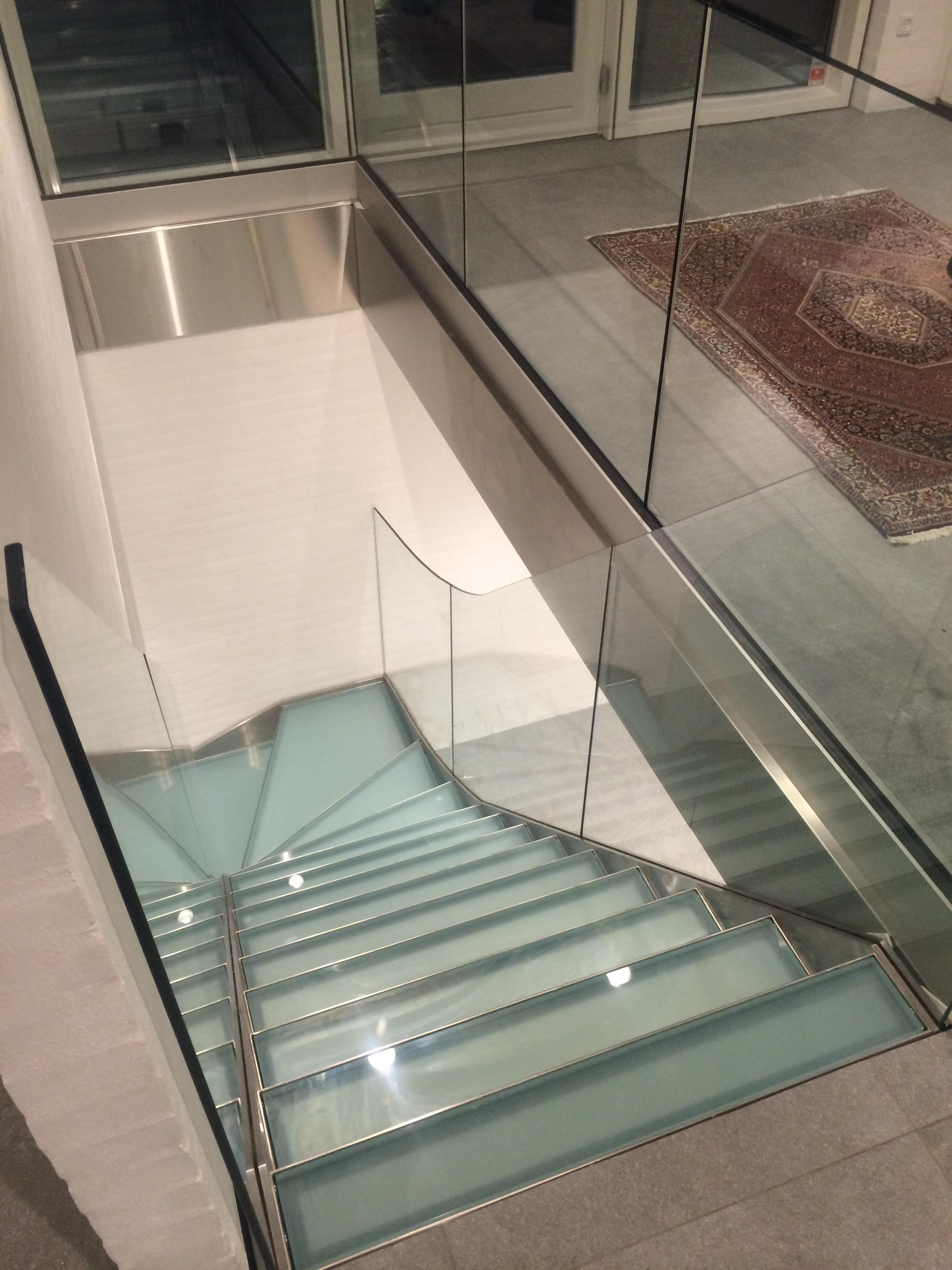 Elegant trappe til et privat hjem. Trap er udført i rustfast stål og glas.