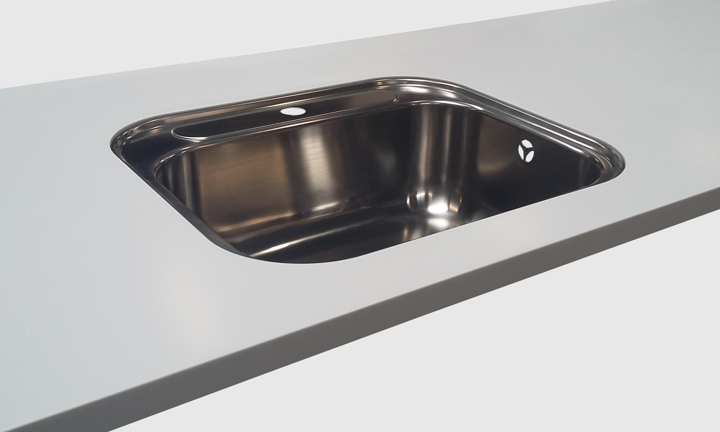 Stålvask med bagkant underlimet i 30 mm. Dupont Corian bordplade.
