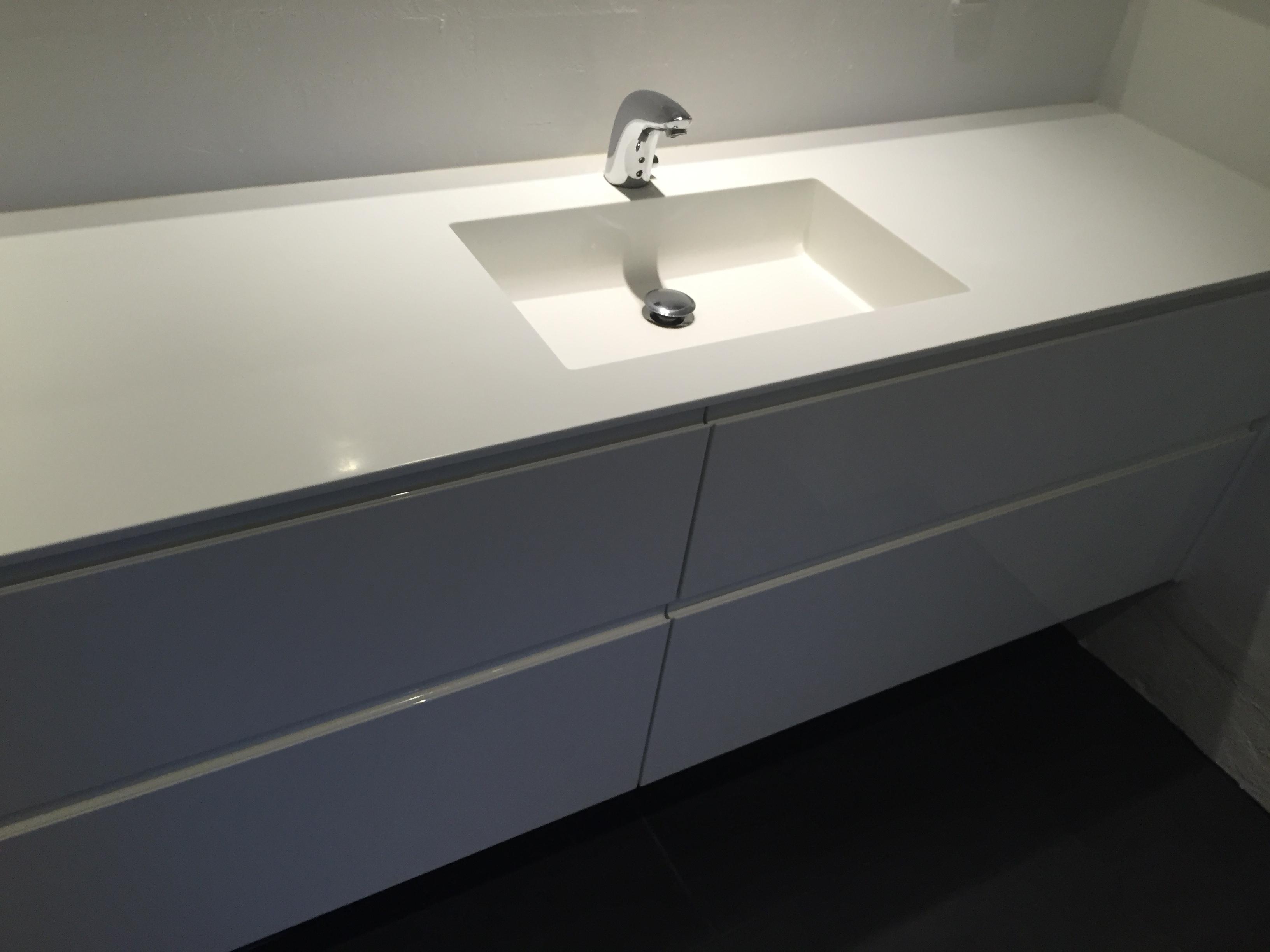 Bordplade til badeværelse i Dupont Corian Glacier White med isvejst corianvask.