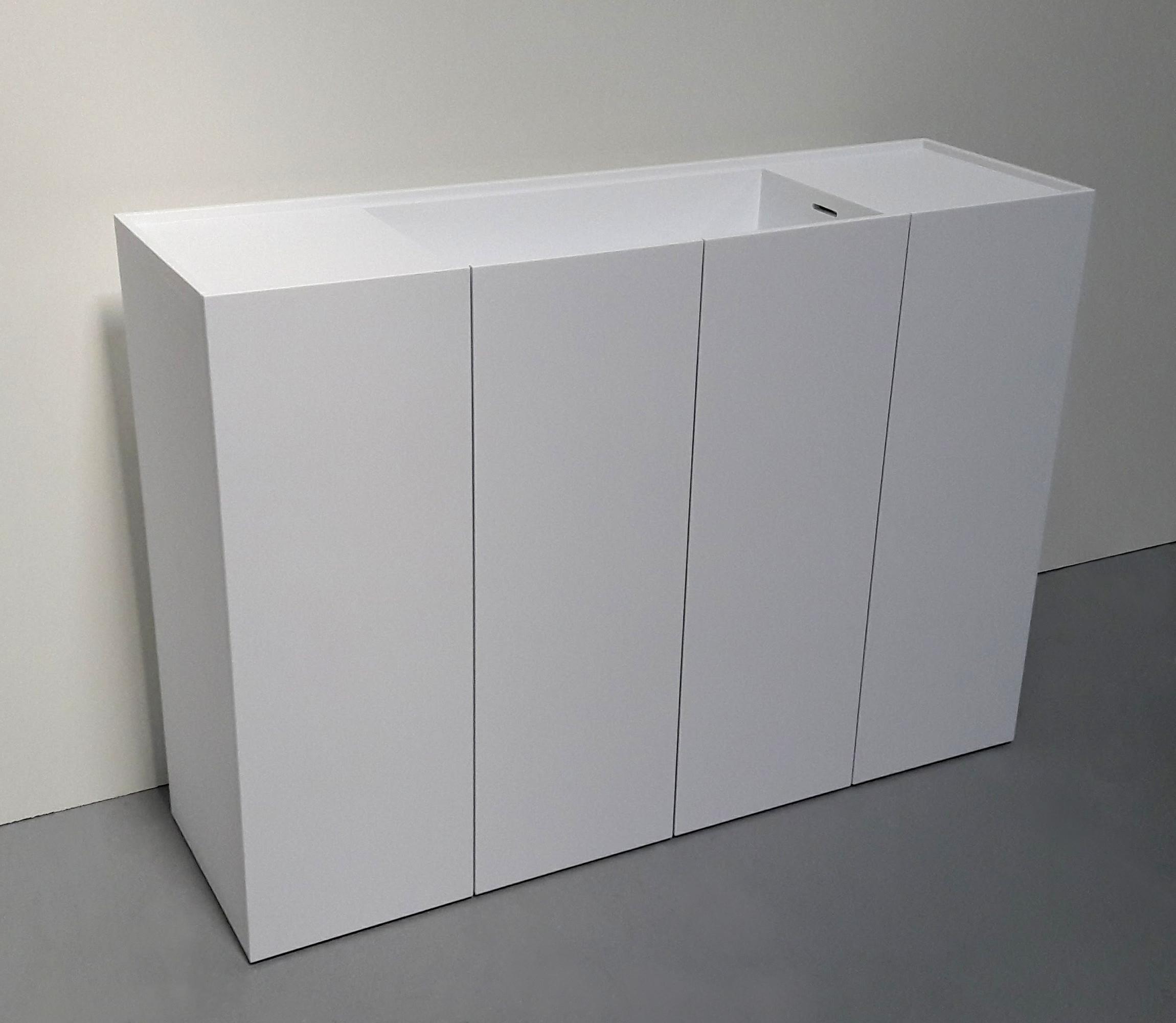 Badeværelsesmøbel i Corian med integreret vask og låger.