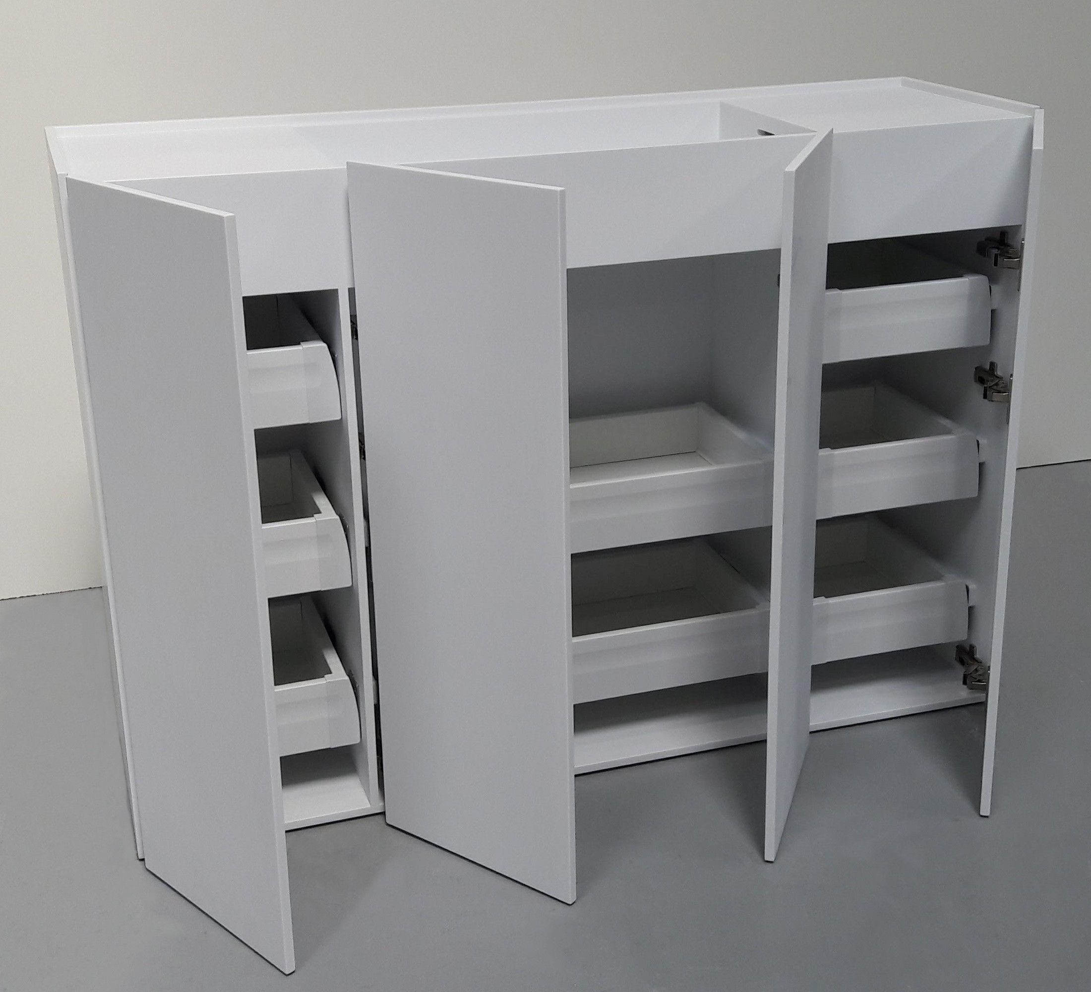 Corian badeværelsesmøbel med integreret vask, skuffer og 4 låger.