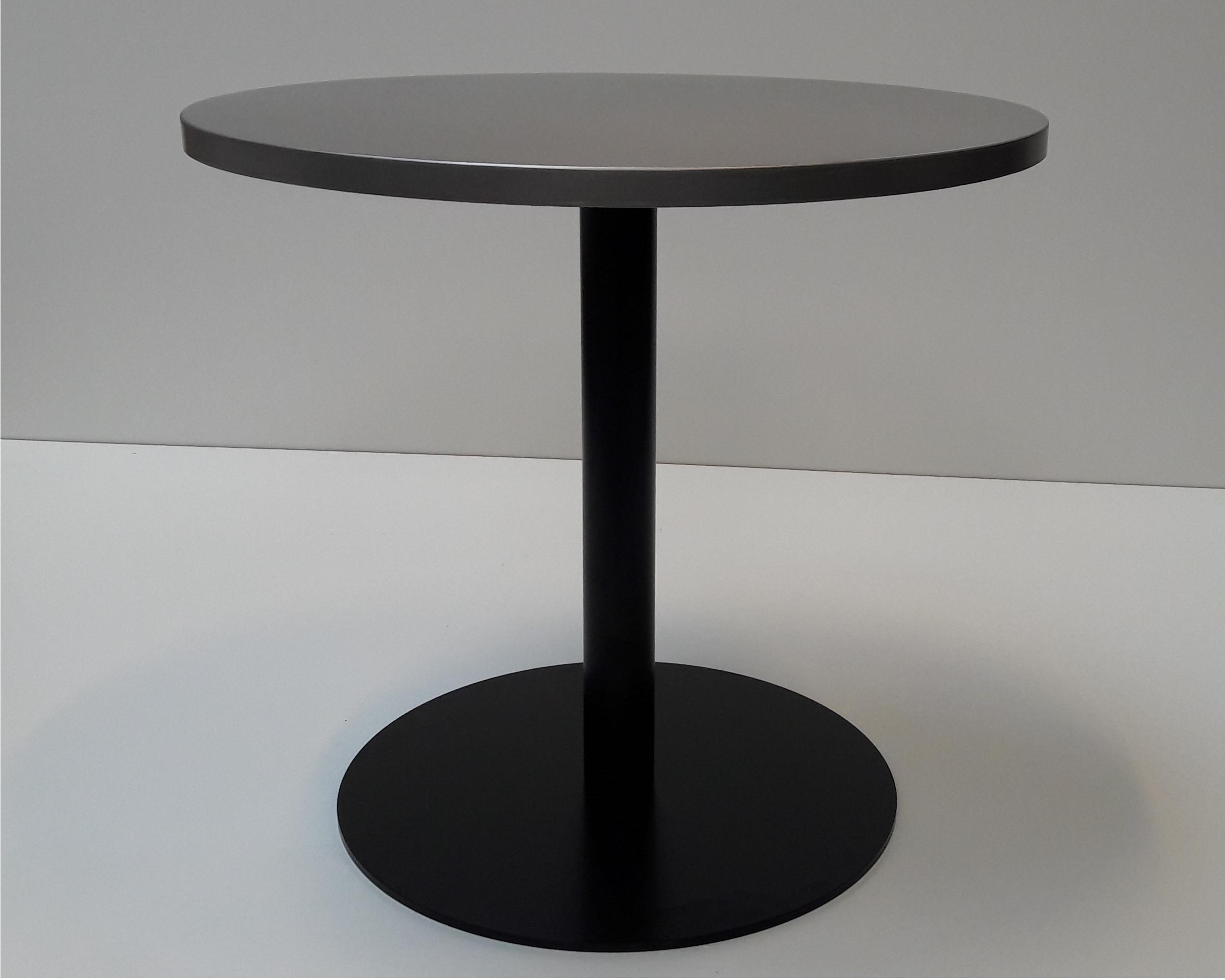 Café bord med curlet overflade på den rustfaste bordplade. Stel i sortmalet stål.