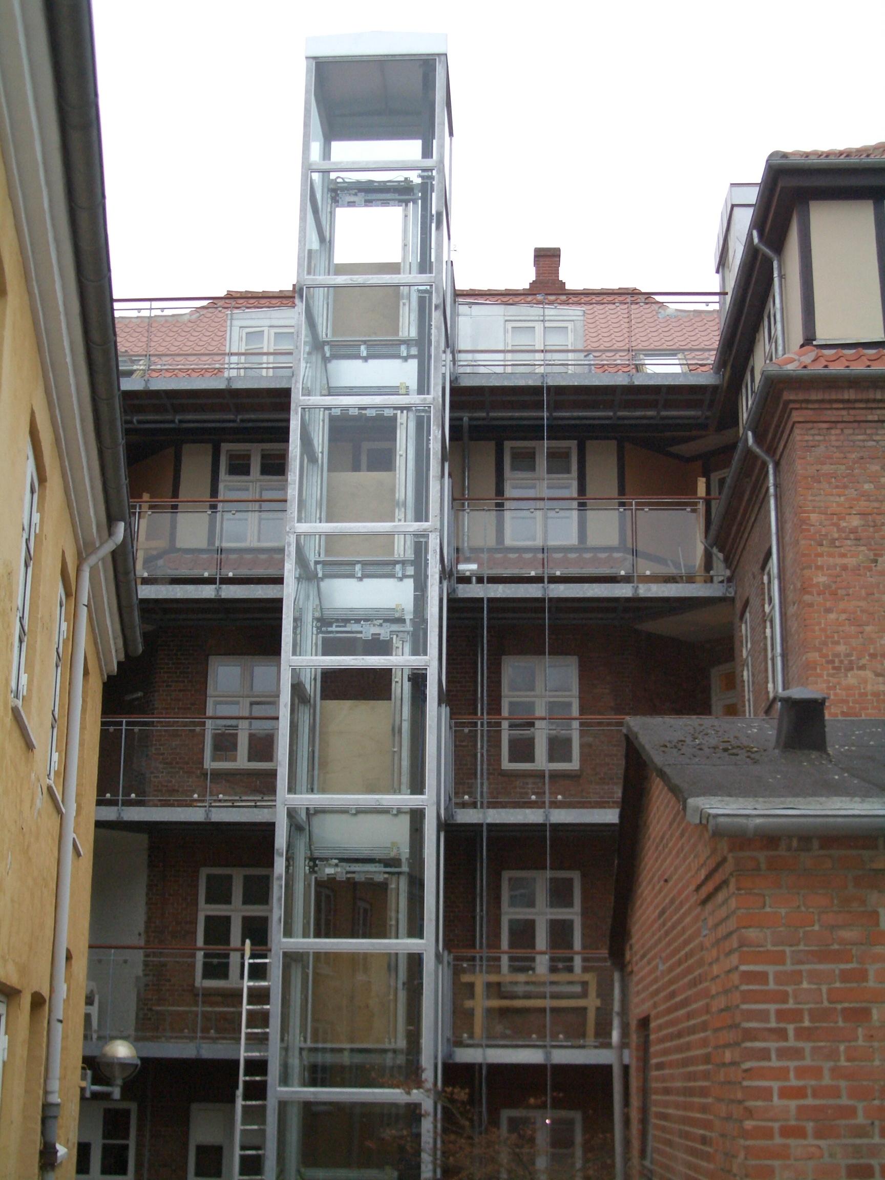Elevatortårn i 5 etager udført i stål og glas.
