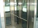 Elevator i glas og rustfast stål.