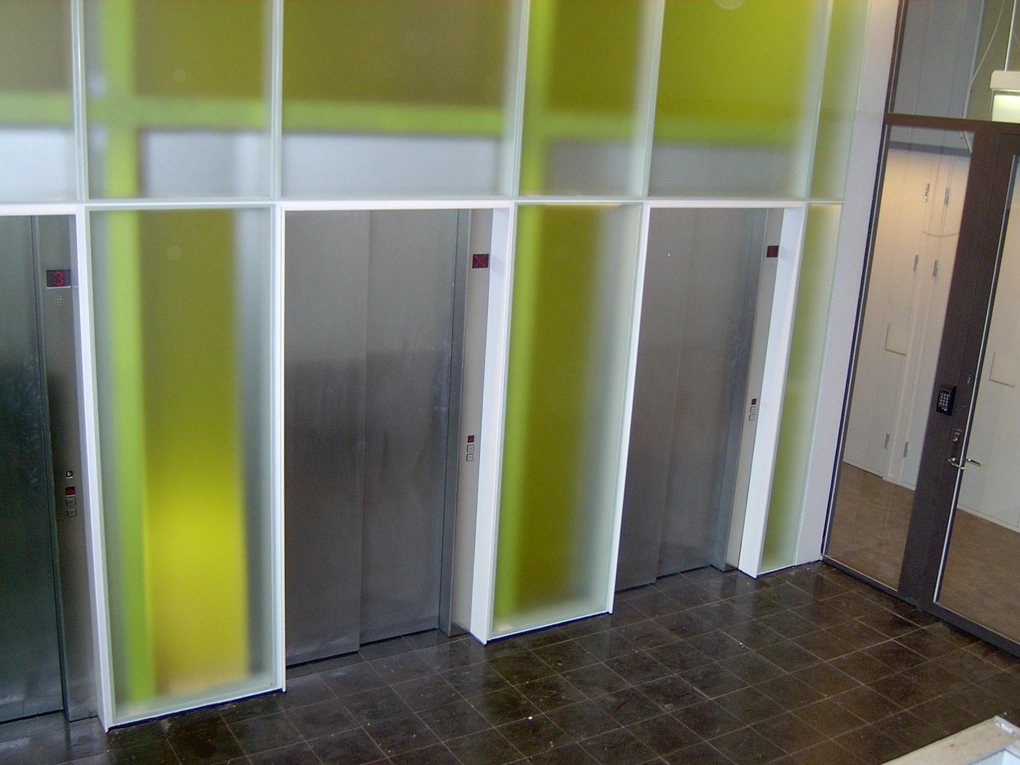 Elevatorer med lys og frostet glas. Rustfaste inddækninger.