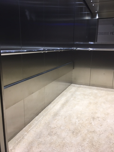 Elevatorvægge i rustfast stål.