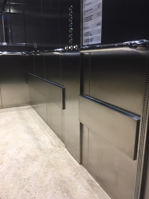 Rustfaste stålvægge i elevator.