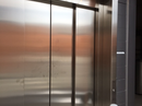 Elevator dør i rustfast stål.