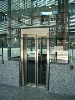 Elevator udført med glas, tårn i stål og rustfaste inddækninger.