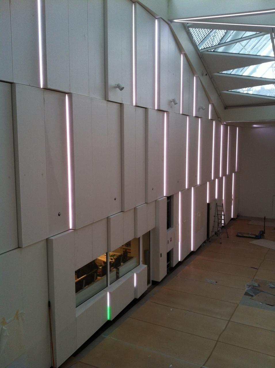Akustik paneler i Industriens Hus udført i Dupont Corian. Farve: Glacier Ice.
