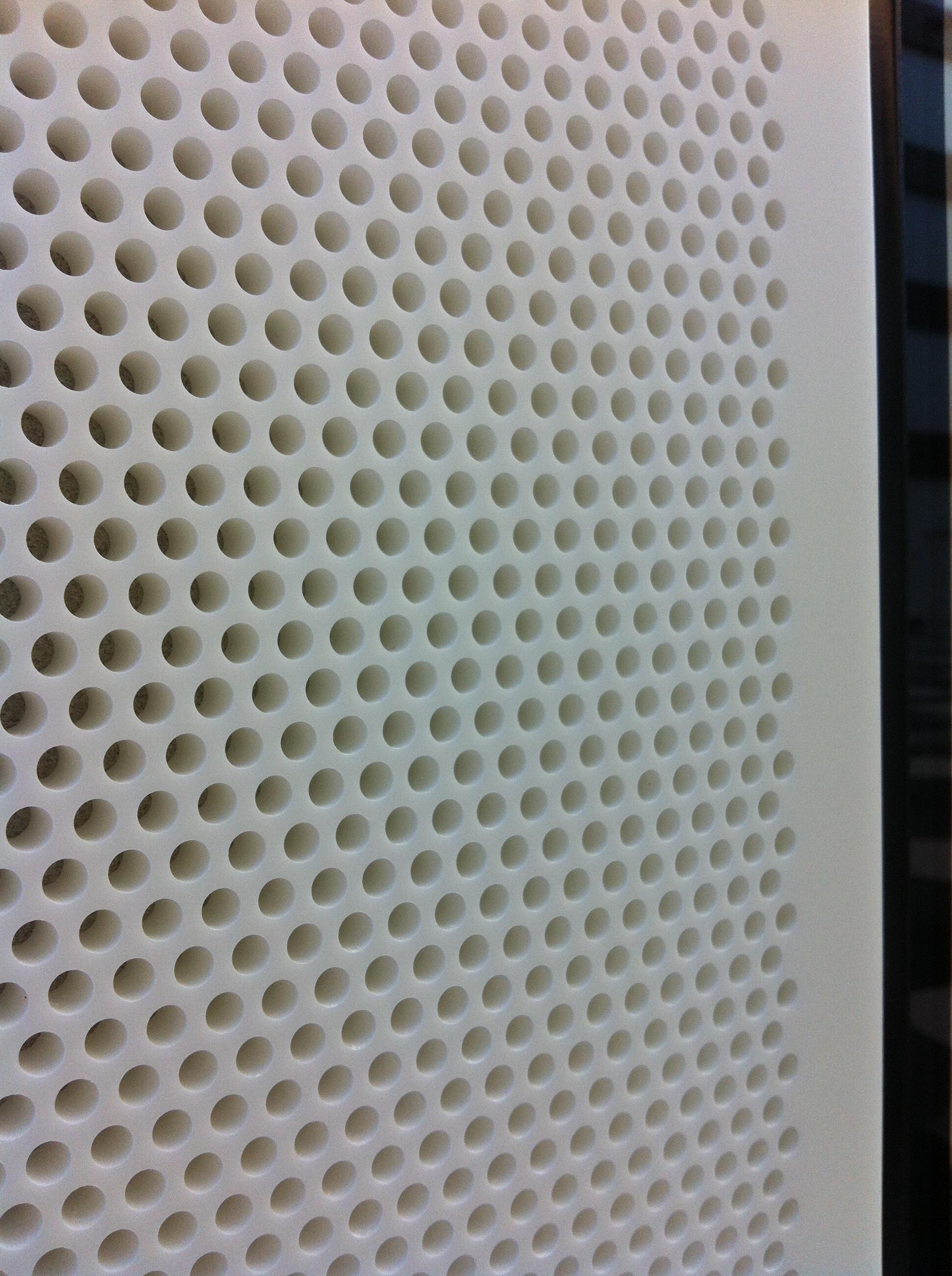 Akustik paneler udført i Dupont Corian. Farve: Glacier Ice.