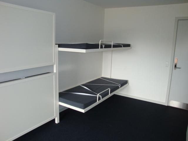 Klapsenge er fremstillet i pulverlakeret aluminium og er forsynet med gasfjedre, der sikrer at sengene holdes fast lodret med hvid springmadras, sengehest og elastik til sengetøj.
