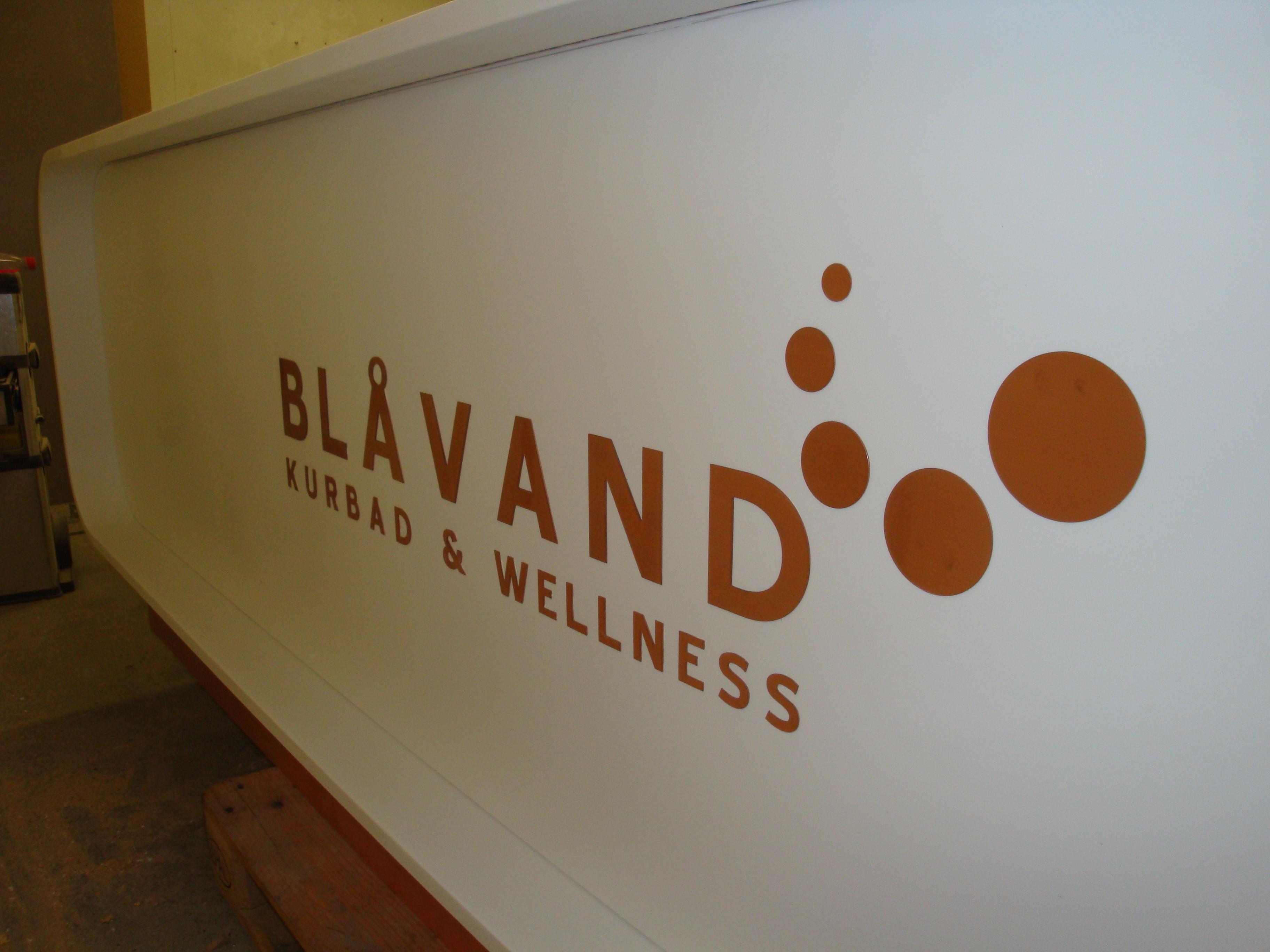Reception til wellness center i Dupont Corian. Front.