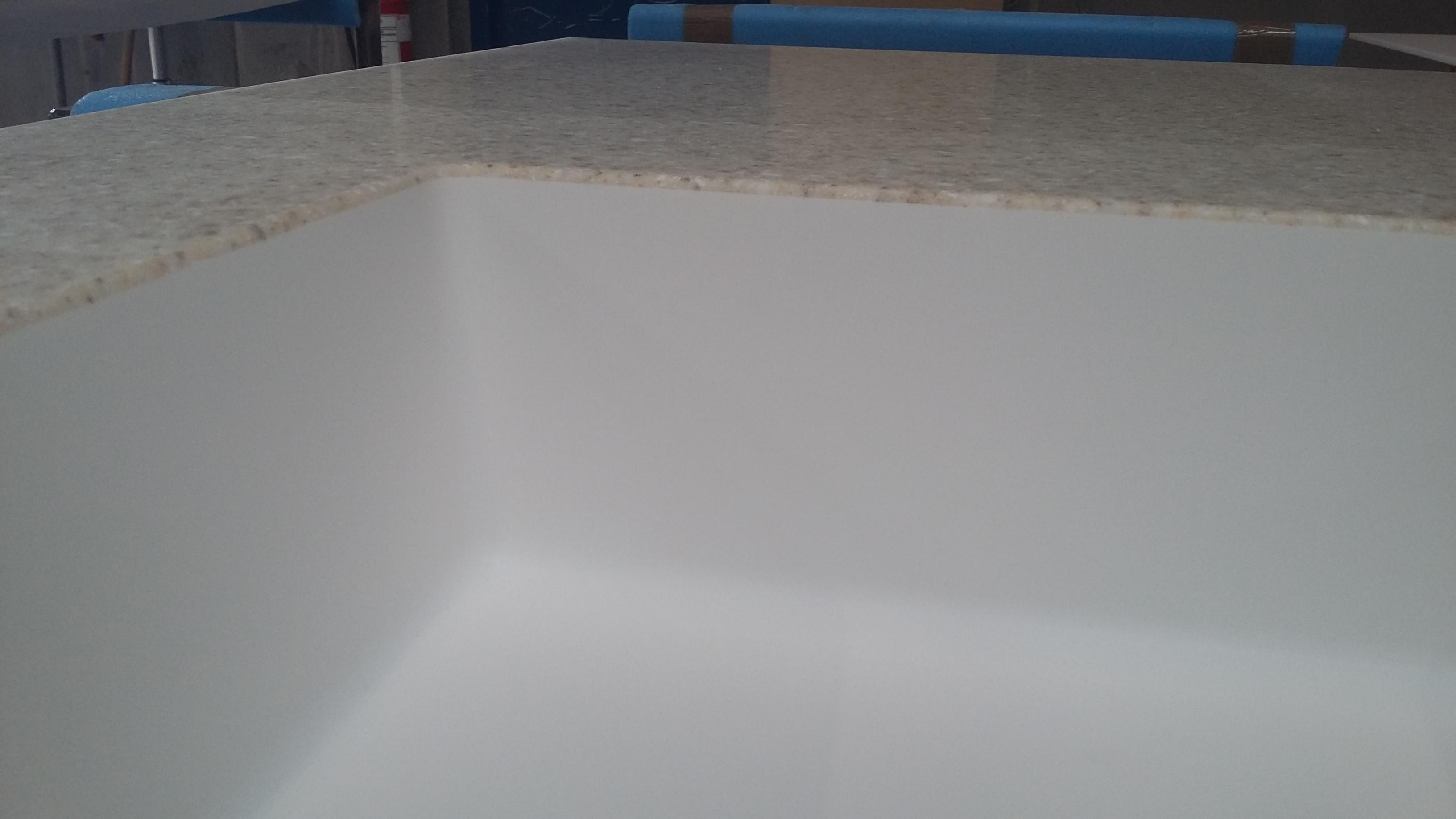 Overgang mellem Dupont Corian bordplade og vask når de er i forskellige farver.