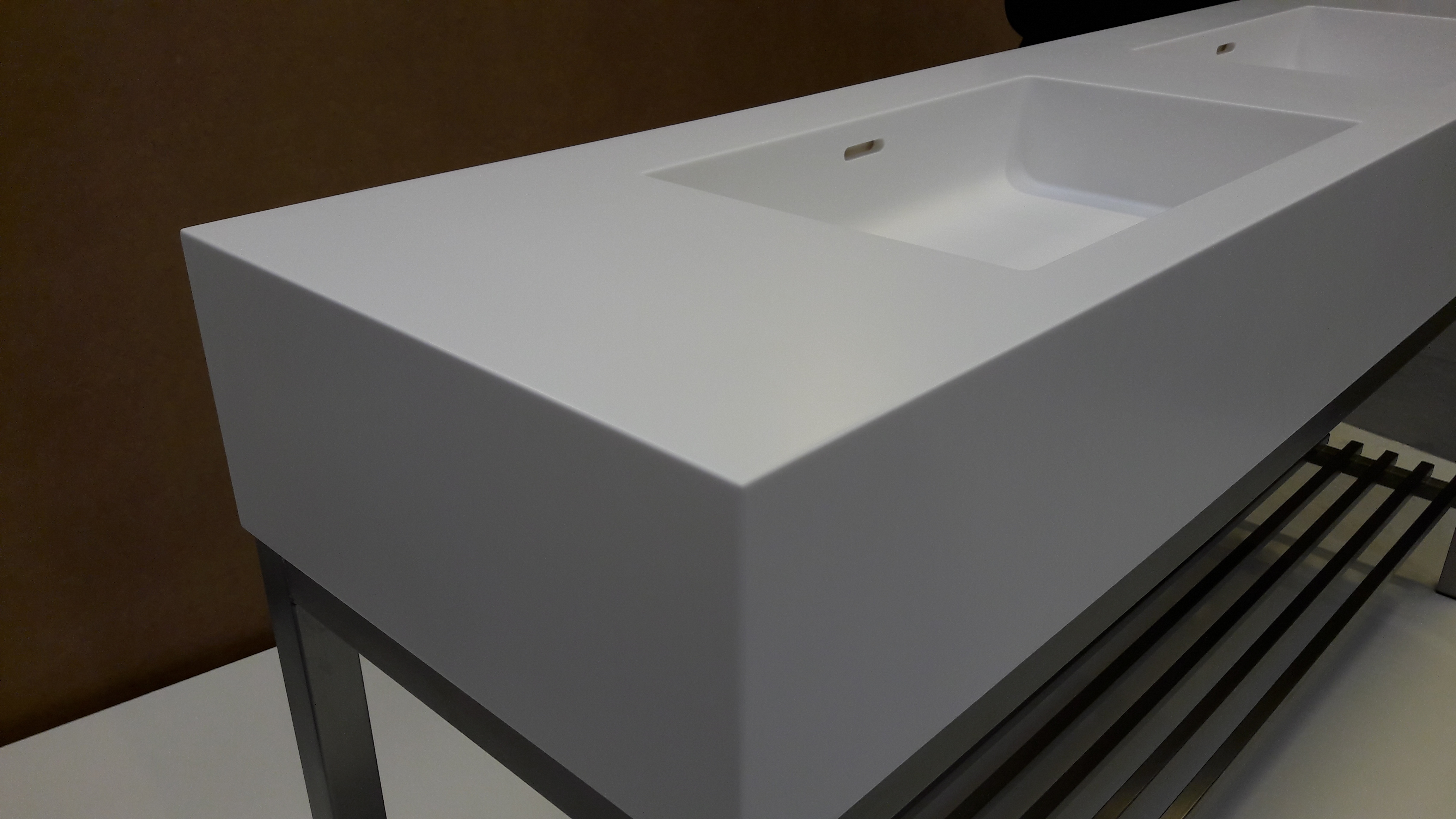 Corian badmøbel med vaske Quiet 7110 i farven Glacier White og rustfast stel med underhylde